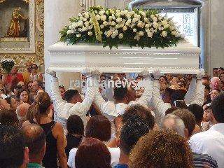 https://www.ragusanews.com//immagini_articoli/14-07-2019/una-bara-bianca-per-alessio-240.jpg