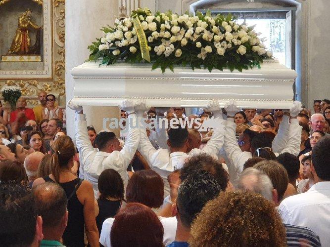 https://www.ragusanews.com//immagini_articoli/14-07-2019/una-bara-bianca-per-alessio-500.jpg
