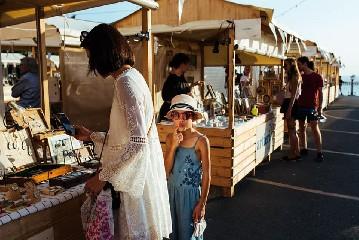 https://www.ragusanews.com//immagini_articoli/14-07-2020/artieri-il-mercato-creativo-in-ortigia-240.jpg