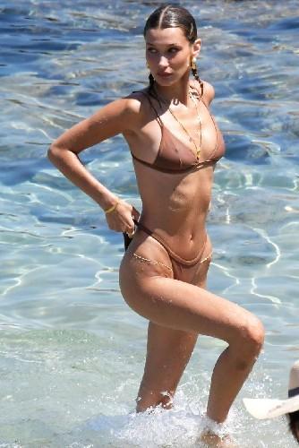 https://www.ragusanews.com//immagini_articoli/14-07-2020/bella-hadid-e-la-star-della-nuova-campagna-swimwear-di-calvin-klein-500.jpg