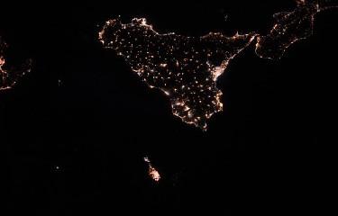 https://www.ragusanews.com//immagini_articoli/14-07-2020/la-foto-della-sicilia-di-notte-vista-dallo-spazio-240.jpg
