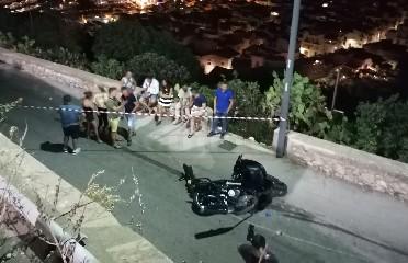 https://www.ragusanews.com//immagini_articoli/14-07-2020/sicilia-scontro-auto-moto-muore-un-21enne-240.jpg