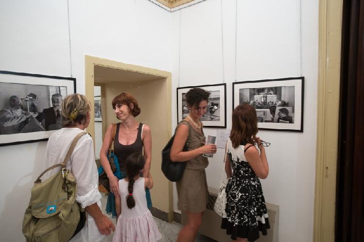 https://www.ragusanews.com//immagini_articoli/14-08-2013/la-poesia-dei-barbieri-di-sicilia-negli-scatti-di-armando-rotoletti-500.jpg