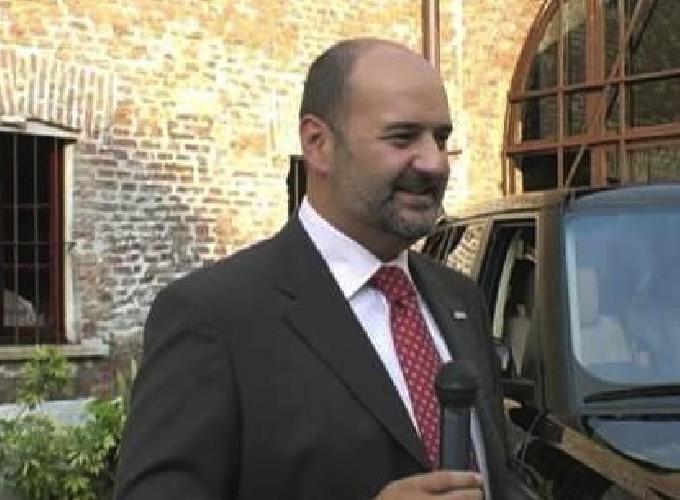 https://www.ragusanews.com//immagini_articoli/14-08-2015/il-direttore-generale-di-land-rover-e-jaguar-a-cena-a-scicli-500.jpg