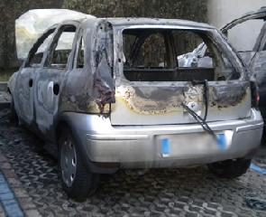 http://www.ragusanews.com//immagini_articoli/14-08-2017/modica-opel-corsa-incendiata-240.jpg