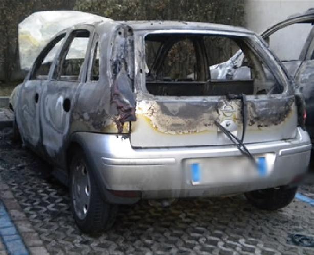http://www.ragusanews.com//immagini_articoli/14-08-2017/modica-opel-corsa-incendiata-500.jpg