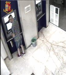https://www.ragusanews.com//immagini_articoli/14-08-2018/arrestato-topo-auto-sampieri-tradito-bancomat-240.jpg