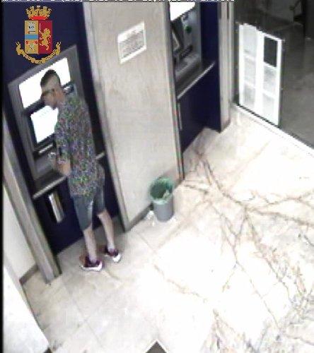 https://www.ragusanews.com//immagini_articoli/14-08-2018/arrestato-topo-auto-sampieri-tradito-bancomat-500.jpg