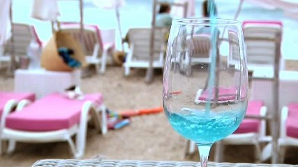 https://www.ragusanews.com//immagini_articoli/14-08-2018/francia-sono-impazziti-bevono-vino-240.jpg