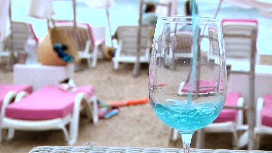 https://www.ragusanews.com//immagini_articoli/14-08-2018/francia-sono-impazziti-bevono-vino-500.jpg