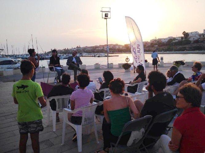 https://www.ragusanews.com//immagini_articoli/14-08-2018/marina-ragusa-letture-porto-500.jpg