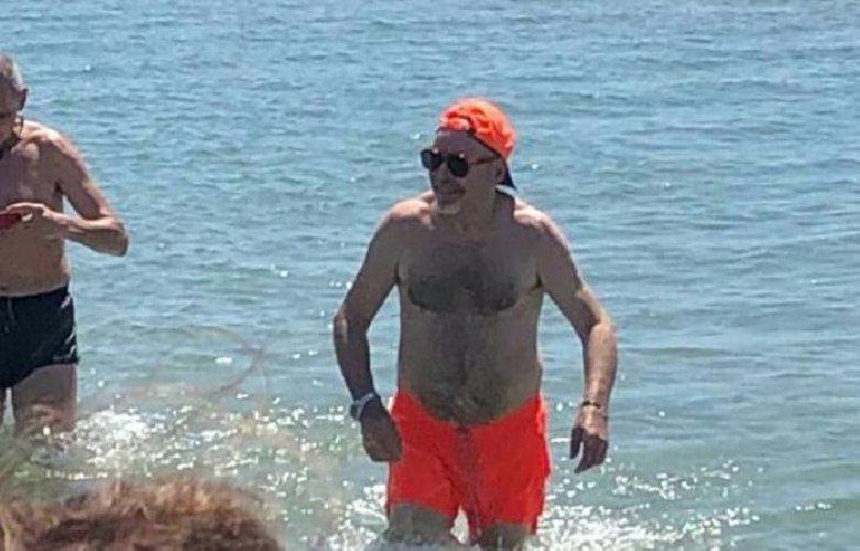 https://www.ragusanews.com//immagini_articoli/14-08-2019/sicilia-e-arrivato-vasco-rossi-e-fa-pure-il-bagno-in-mare-500.jpg