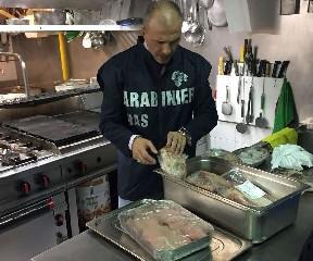 https://www.ragusanews.com//immagini_articoli/14-08-2020/carne-e-pesce-mal-conservati-in-un-ristorante-di-marzamemi-240.jpg