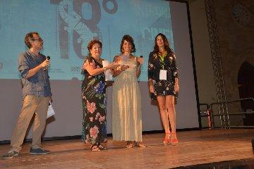 https://www.ragusanews.com//immagini_articoli/14-09-2018/marzamemi-cinema-frontiera-premiata-attrice-donatella-finocchiaro-240.jpg