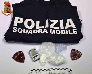 https://www.ragusanews.com//immagini_articoli/14-09-2019/1568447783-polizia-vera-arresta-uomo-per-droga-vicino-casa-di-montalbano-1-240.jpg