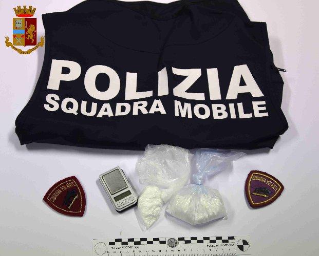 https://www.ragusanews.com//immagini_articoli/14-09-2019/1568447783-polizia-vera-arresta-uomo-per-droga-vicino-casa-di-montalbano-1-500.jpg