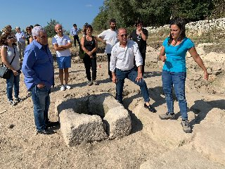 https://www.ragusanews.com//immagini_articoli/14-09-2019/l-egittologo-zahi-hawass-scavi-archeologici-di-noto-antica-foto-240.jpg