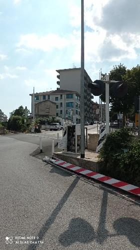 https://www.ragusanews.com//immagini_articoli/14-09-2021/1631606666-ragusa-auto-investe-e-divelle-sbarra-del-passaggio-a-livello-foto-1-500.jpg