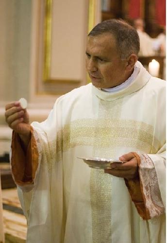 https://www.ragusanews.com//immagini_articoli/14-10-2014/don-gino-alessi-parroco-della-cattedrale-500.jpg