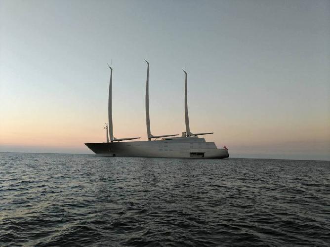 https://www.ragusanews.com//immagini_articoli/14-10-2017/1507978376-yacht-bello-mondo-mare-scicli-foto-1-500.jpg