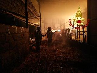 https://www.ragusanews.com//immagini_articoli/14-10-2019/incendio-fienile-ragusa-marina-ragusa-240.jpg