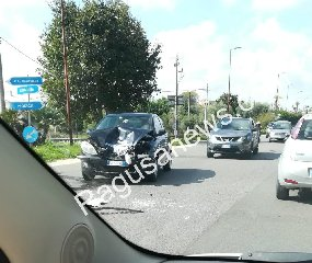 https://www.ragusanews.com//immagini_articoli/14-10-2019/incidente-a-quartarella-distrutta-una-lancia-y-240.jpg
