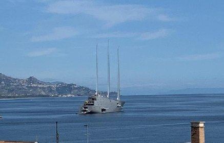 https://www.ragusanews.com//immagini_articoli/14-10-2020/lo-yacht-a-e-il-magnate-russo-hanno-lasciato-sampieri-per-riposto-280.jpg