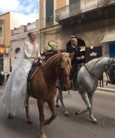 https://www.ragusanews.com//immagini_articoli/14-10-2021/la-sposa-arriva-in-chiesa-a-cavallo-per-coronare-il-suo-sogno-d-amore-280.jpg