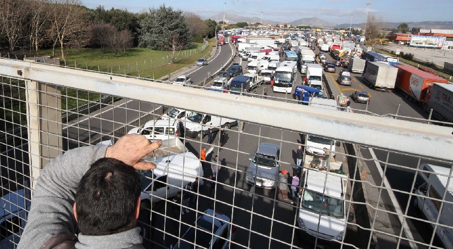 https://www.ragusanews.com//immagini_articoli/14-10-2021/sciopero-green-pass-blocco-porti-e-autostrade-venerdi-fermiamo-il-paese-500.jpg