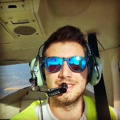 https://www.ragusanews.com//immagini_articoli/14-11-2016/andrea-antoci-a-21-anni-cadet-pilot-di-ryanair-420.jpg