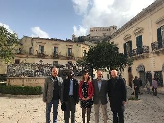 http://www.ragusanews.com//immagini_articoli/14-11-2017/quattro-ambasciatori-visita-scicli-240.jpg