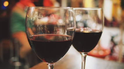 http://www.ragusanews.com//immagini_articoli/14-11-2017/vino-cibo-serate-conviviali-sommelier-chef-240.jpg