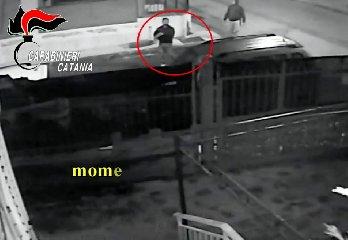 https://www.ragusanews.com//immagini_articoli/14-11-2019/lei-lo-lascia-lui-le-brucia-l-auto-ma-la-telecamere-lo-filmano-video-240.jpg