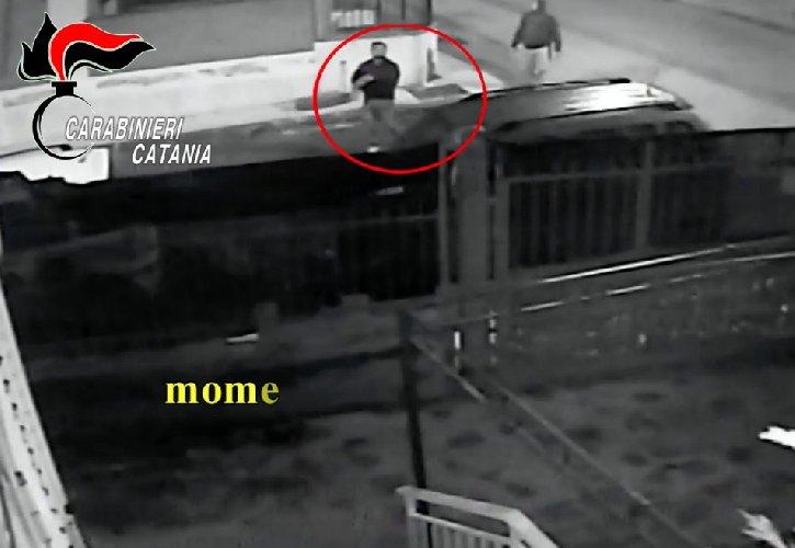 https://www.ragusanews.com//immagini_articoli/14-11-2019/lei-lo-lascia-lui-le-brucia-l-auto-ma-la-telecamere-lo-filmano-video-500.jpg