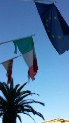 http://www.ragusanews.com//immagini_articoli/14-12-2017/chiaramonte-bandiere-municipio-completamente-sbrindellate-240.jpg