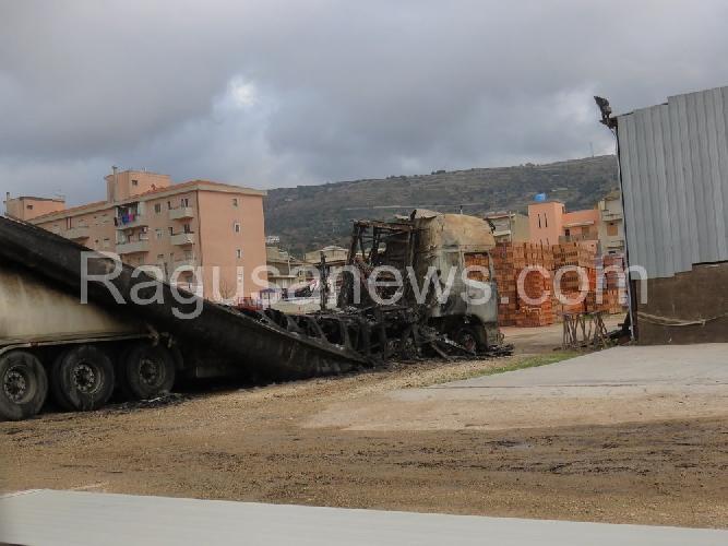 http://www.ragusanews.com//immagini_articoli/15-01-2016/comiso-incendiato-un-autocarro-500.jpg