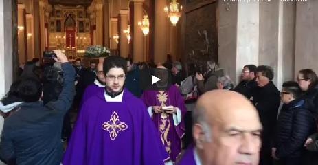 https://www.ragusanews.com//immagini_articoli/15-01-2019/funerali-luca-cardillo-anche-rosario-fiorello-commuove-240.png