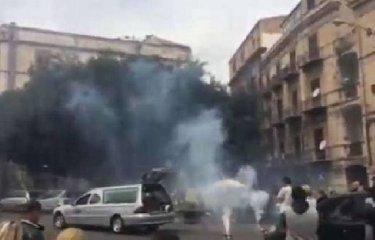 https://www.ragusanews.com//immagini_articoli/15-01-2019/fuochi-artificio-durante-funerale-gente-impaurita-blocca-traffico-240.jpg