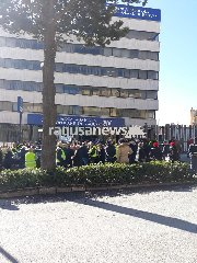 https://www.ragusanews.com//immagini_articoli/15-01-2019/gilet-gialli-protestano-davanti-banca-agricola-ragusa-240.jpg