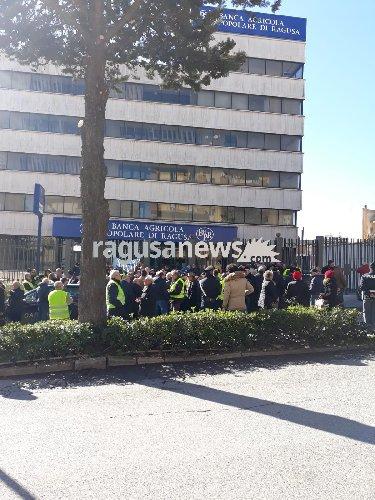 https://www.ragusanews.com//immagini_articoli/15-01-2019/gilet-gialli-protestano-davanti-banca-agricola-ragusa-500.jpg