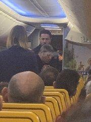 https://www.ragusanews.com//immagini_articoli/15-01-2020/passeggero-in-escandescenze-volo-catnia-roma-blocca-aereo-240.jpg