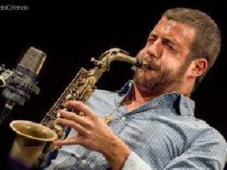 https://www.ragusanews.com//immagini_articoli/15-02-2019/concerto-francesco-cafiso-catania-240.jpg