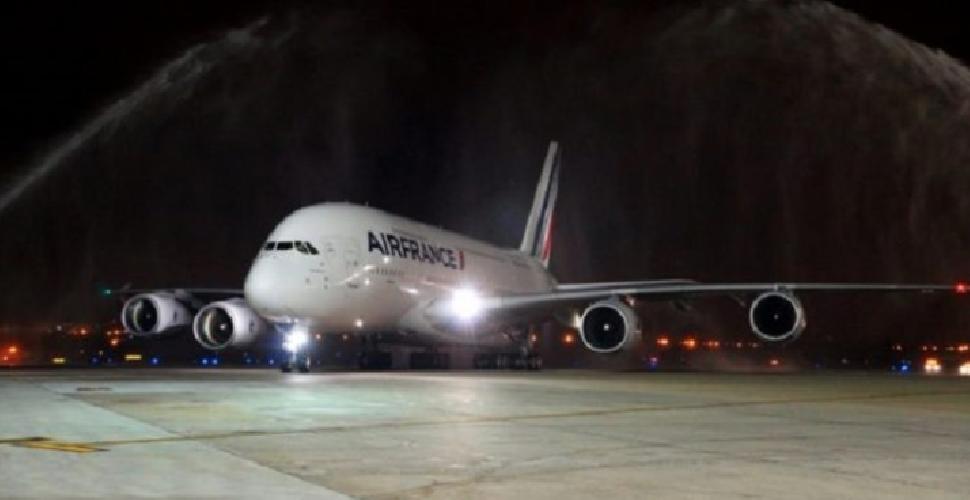 https://www.ragusanews.com//immagini_articoli/15-02-2019/fulmine-colpisce-volo-catania-parigi-paura-pilota-500.png