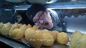 https://www.ragusanews.com//immagini_articoli/15-03-2016/matteo-renzi-mangia-arancine-di-modica-e-non-solo-lui-100.jpg