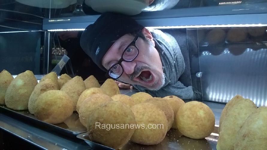 https://www.ragusanews.com//immagini_articoli/15-03-2016/matteo-renzi-mangia-arancine-di-modica-e-non-solo-lui-500.jpg