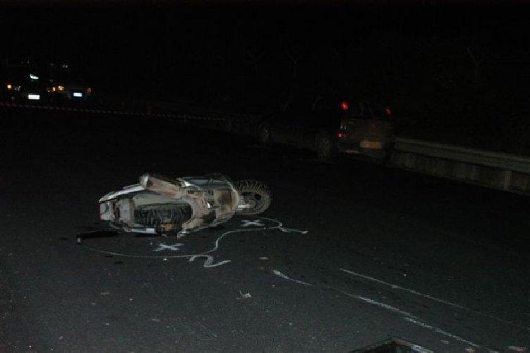 https://www.ragusanews.com//immagini_articoli/15-03-2018/incidente-vittoria-comiso-ferito-scooterista-auto-fuggita-500.jpg