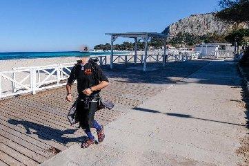 https://www.ragusanews.com//immagini_articoli/15-03-2020/fa-jogging-in-spiaggia-denunciato-rischia-tre-mesi-di-carcere-240.jpg