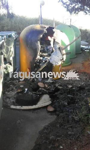 http://www.ragusanews.com//immagini_articoli/15-04-2017/incendiati-cassonetti-villaggio-gulfi-500.jpg