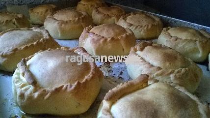 http://www.ragusanews.com//immagini_articoli/15-04-2017/mpanate-pastizzi-cassateddi-gastronomia-pasqua-iblea-video-240.jpg
