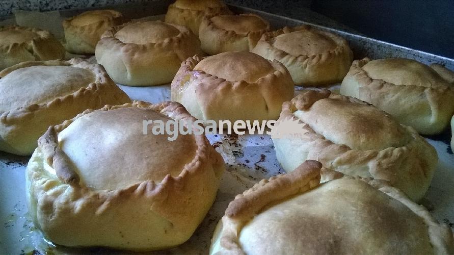 http://www.ragusanews.com//immagini_articoli/15-04-2017/mpanate-pastizzi-cassateddi-gastronomia-pasqua-iblea-video-500.jpg